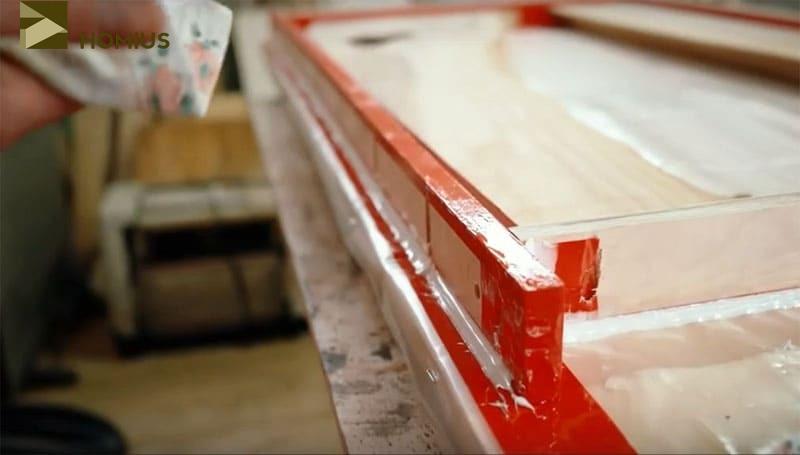 Отрезы слэба были зафиксированы на верстаке, покрытом полиэтиленовой плёнкой, а все стыки промазаны герметиком