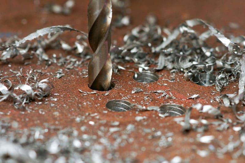 При работе обычными приспособлениями по металлу образуется большое количество стружки и заусенцев