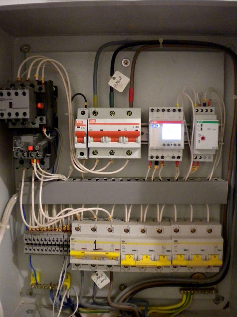 ФОТО: vlt-m.ru При установке подобного прибора внутрь щитка потребуется помощь электрика