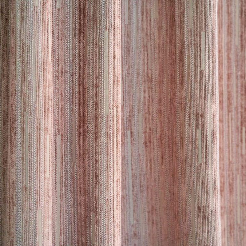 Ткань шенилл эластична, но растягивается очень плохо, не линяет и долго сохраняет цвет