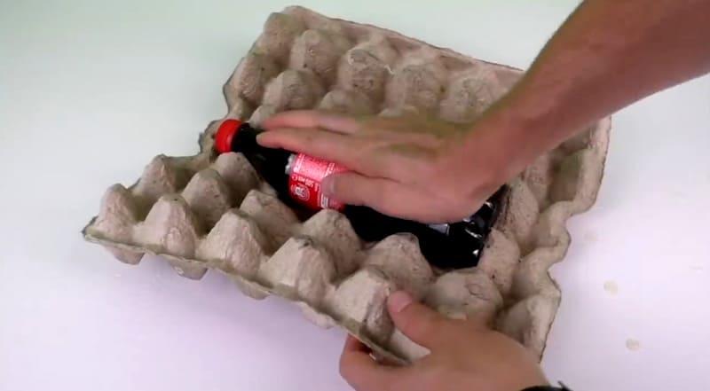 Затем укладываем бутылку. Для создания более плотного прижатия можно использовать резинки для купюр