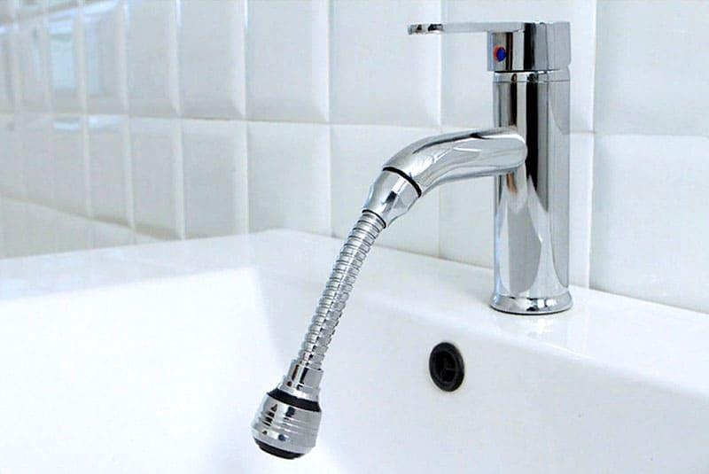 Такой кран меньше шумит и направляет струю более точечно, позволяя существенно снижать расход воды