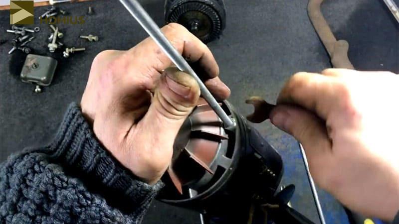 Фиксируем редуктор на двигателе при помощи шпилек с гайками