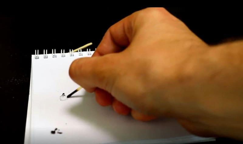 Одной спички, конечно, не хватит на поэму, но самые важные слова или номер телефона вполне получится написать