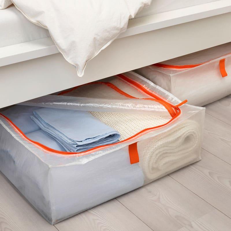 Под кроватью в сумке можно хранить постельное бельё или дополнительные подушки