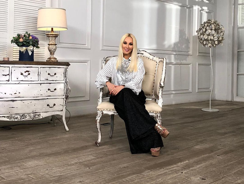 Роскошное кресло на изогнутых ножках идеально подошло к комоду с искусственно состаренным фасадом