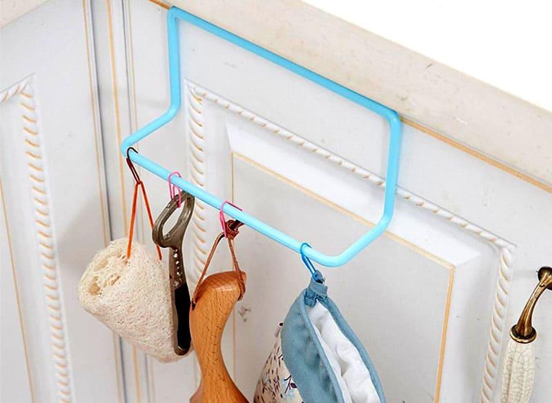 Крепеж для кухонных полотенец не только будем мешать передвижению на кухне, но и оставить следы на двери