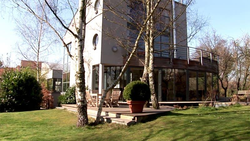 Дом из стекла и бетона прекрасно вписался в природный ландшафт участка