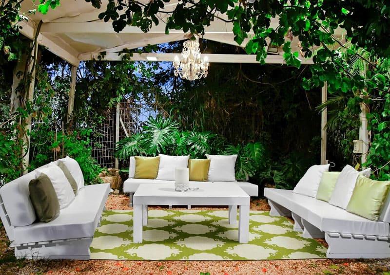 Очень часто используются природные зелёные стены, вьюны и другие садовые насаждения