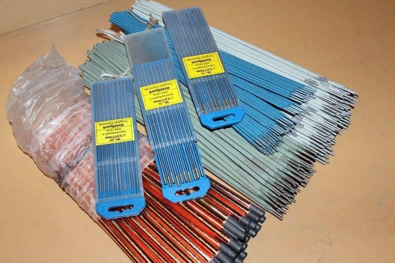 Какие электроды изображены на фото: покрытые графитовые или непокрытые вольфрамовые? Прочтите статью, и вы с лёгкостью ответите на вопрос