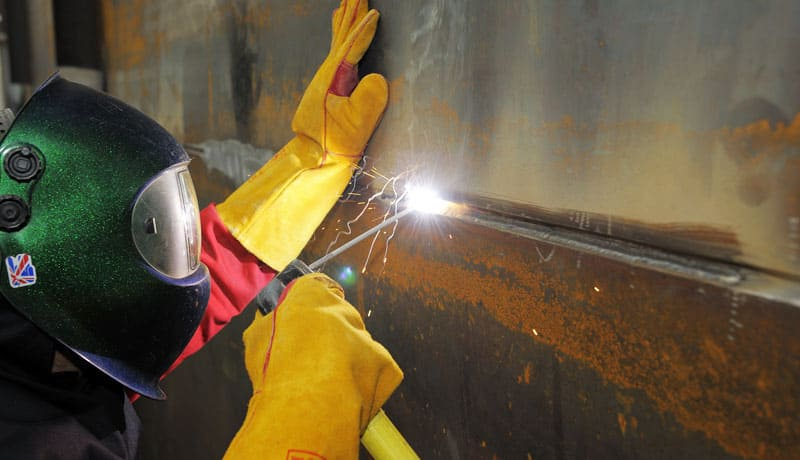 Плавящиеся электроды не требуют закупки проволоки, позволяя осуществлять сварку одной рукой