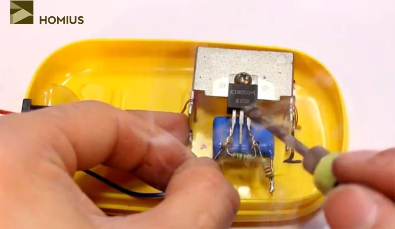Соединяем минусовой провод питания с эмиттером