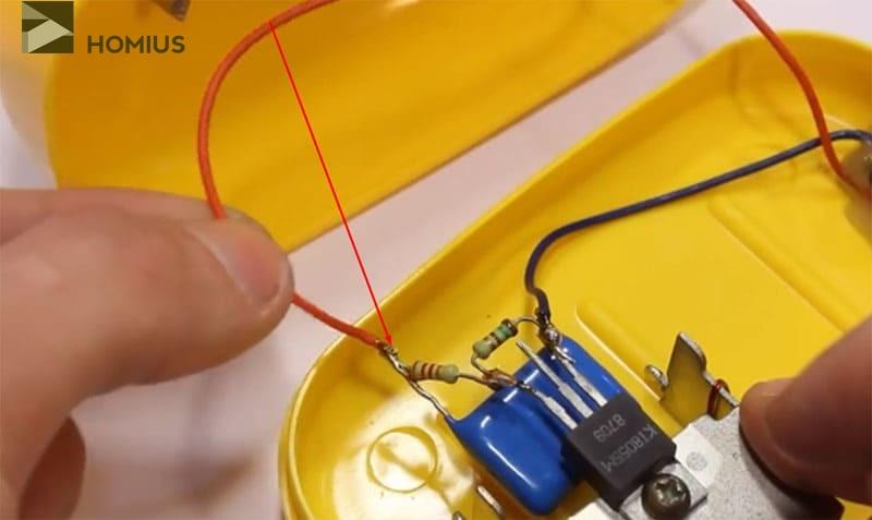 Соединяем второй контакт выключателя с базой транзистора через резистор