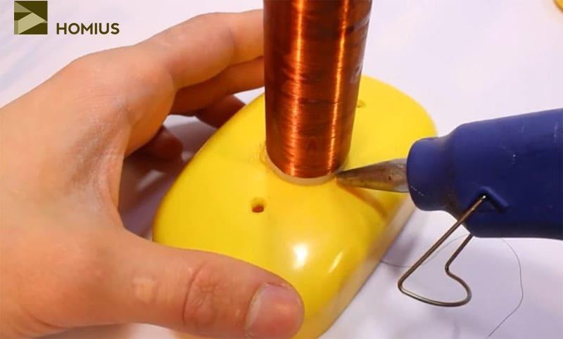 Фиксируем вторичную обмотку при помощи термопистолета
