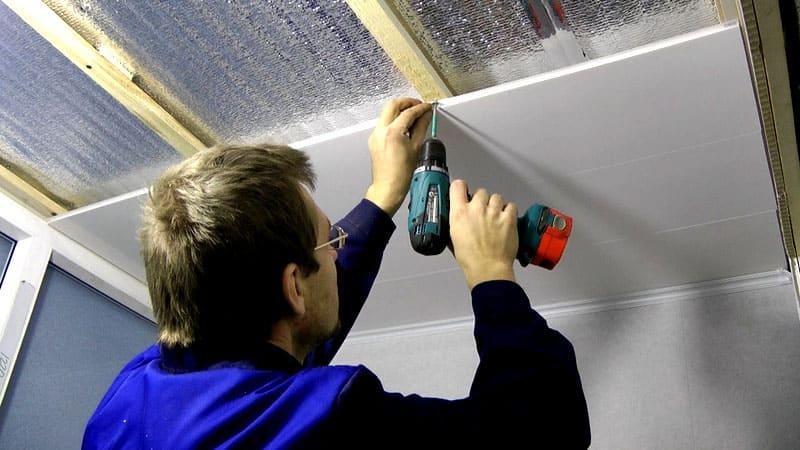 На готовую обрешётку крепить потолочную пластиковую панель значительно проще