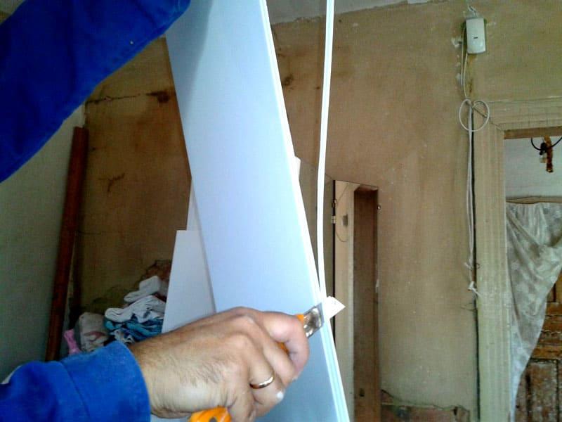 Резать ПВХ панели можно обычным канцелярским ножом