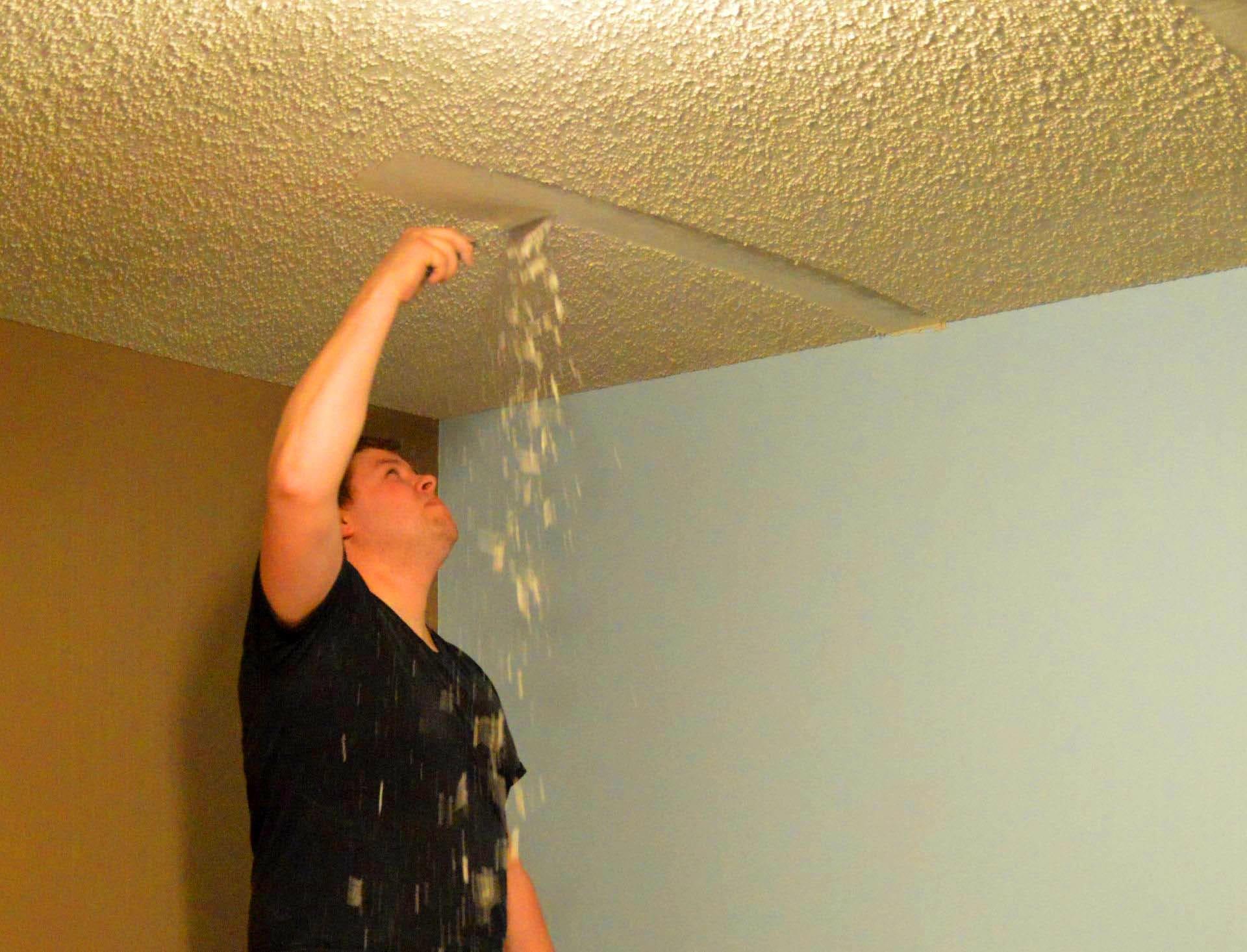 Старое покрытие с потолка лучше снять