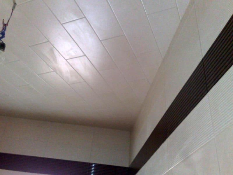 Если не нужны точечные встраиваемые светильники, ПВХ панели можно и наклеить