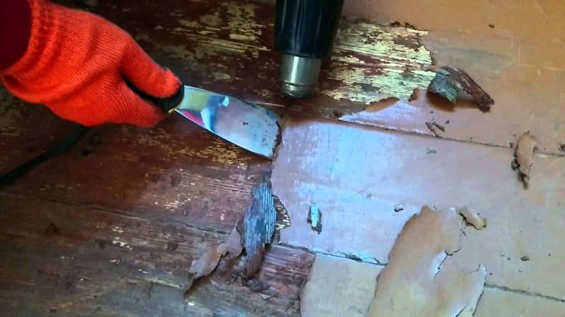 Не забудьте очистить покрытие от старой краски перед началом укладки – в противном случае, клей плохо соединит поверхности