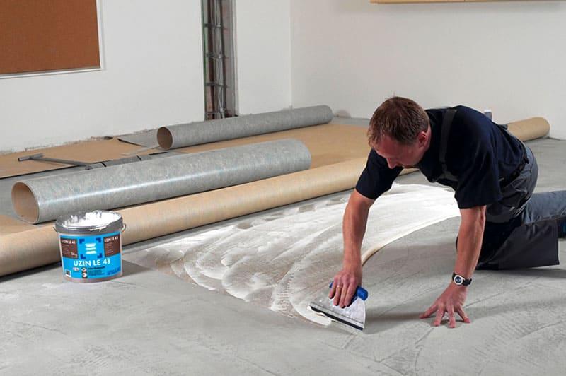 Важно, чтобы в составе клея не было активных компонентов, изменяющих структуру бетона или ухудшающих его характеристики