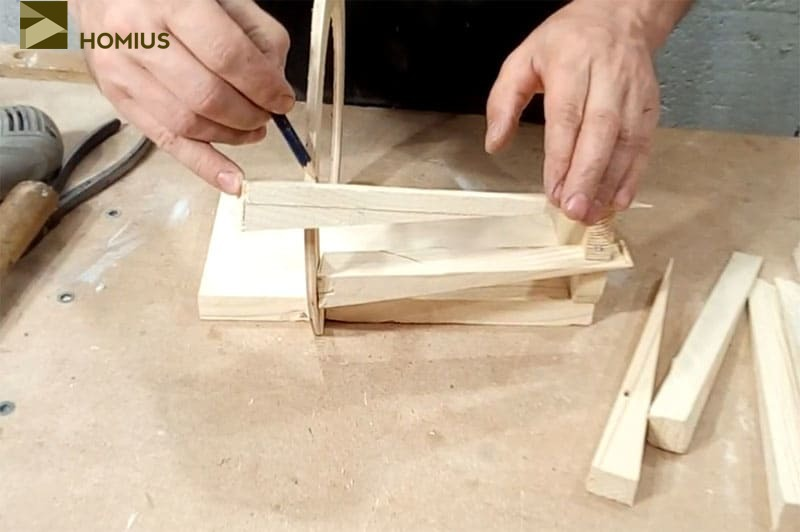 Отмеряем каждый клин по длине и обрезаем излишки обычной ножовкой