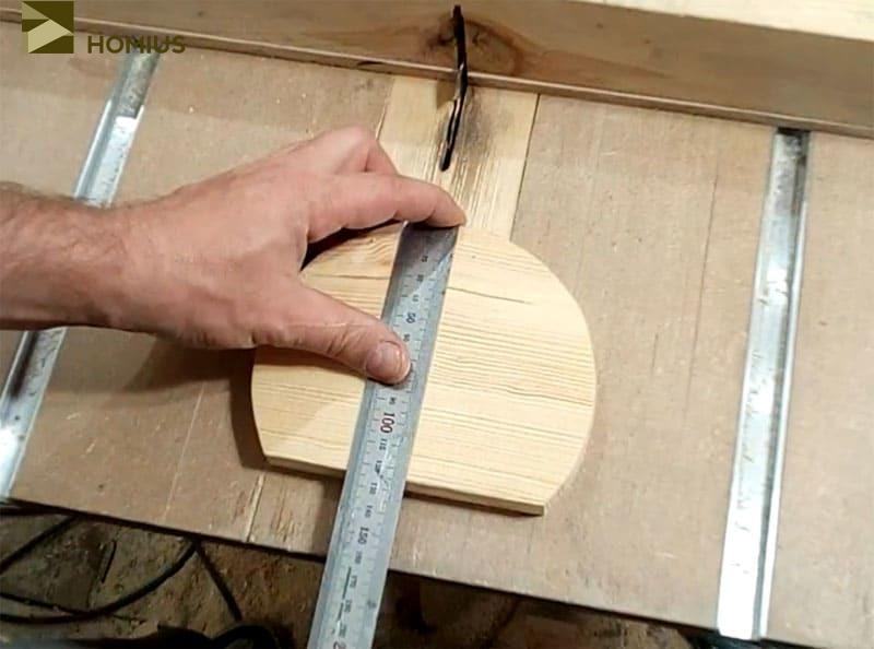 Размечаем места, где будут делаться надпилы и устанавливаться клинья