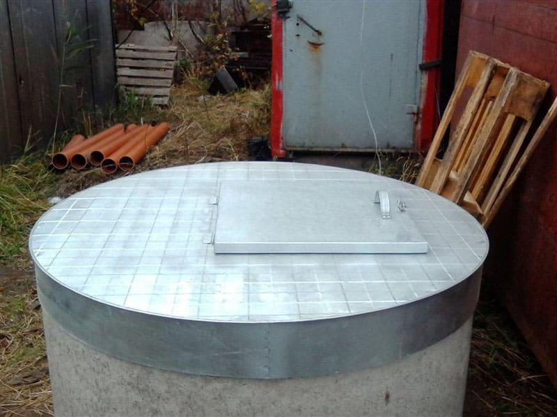 Металлическая крышка может быть выполнена таким образом, что будет просто надеваться на колодец. Такой вариант удобен для обслуживания