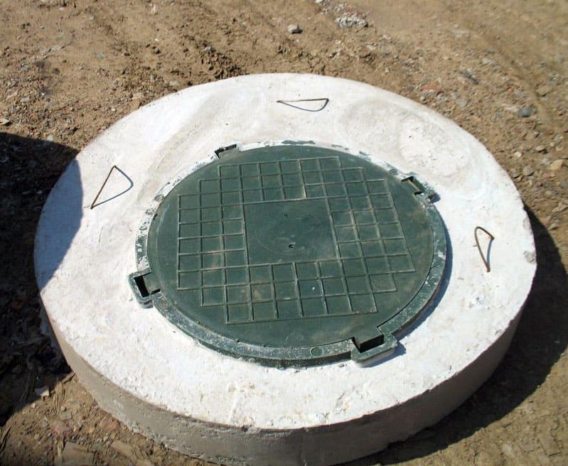 При сооружении бетонных крышек можно предусмотреть крючки в арматуре, чтобы было удобно поднимать люк