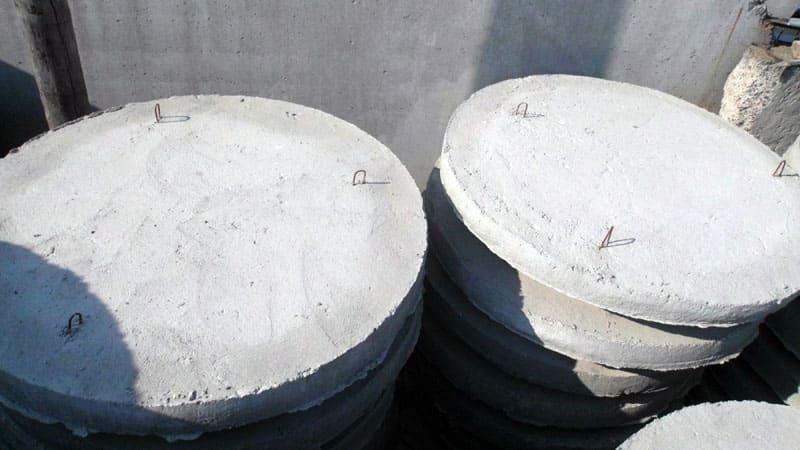 Чтобы бетон не разливался из опалубки, конструкцию фиксируют кирпичом