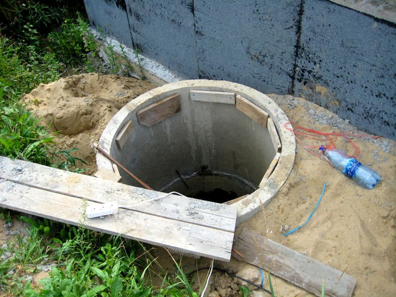 Чтобы сделать щит, помещаемый внутрь колодезного кольца, необходимо подготовить для этого специальную подставку из деревянных брусков