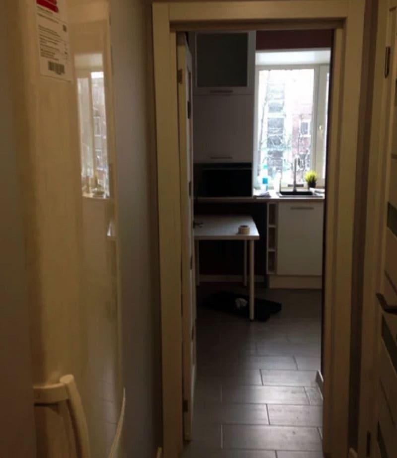 К расположению холодильника в коридоре все уже привыкли, это намного лучше, чем искать для него место на кухне
