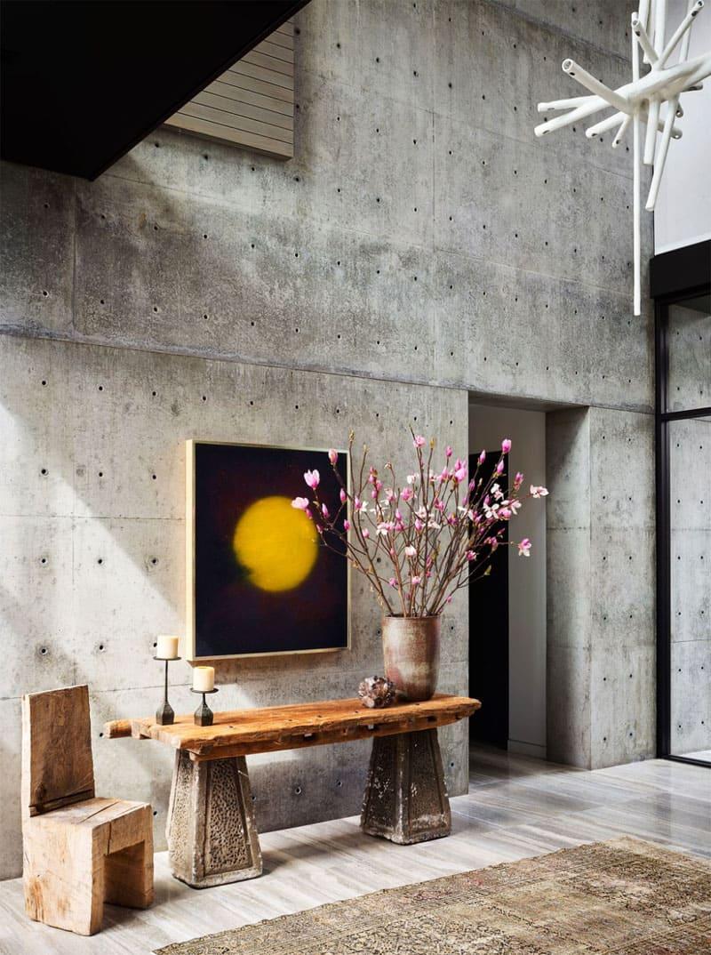 Холл в бетоне со вторым светом