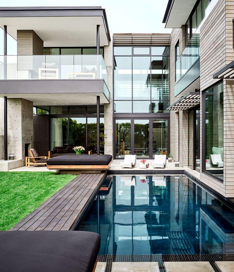 Из гостиной можно сразу окунуться в бассейн