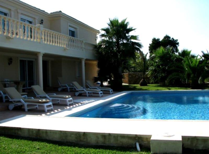 Роскошная придомовая территория с пальмами и бассейном располагает к релаксу