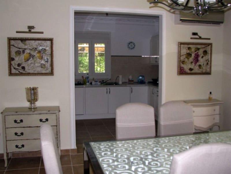 Мойка на кухне по европейской традиции расположена возле окна