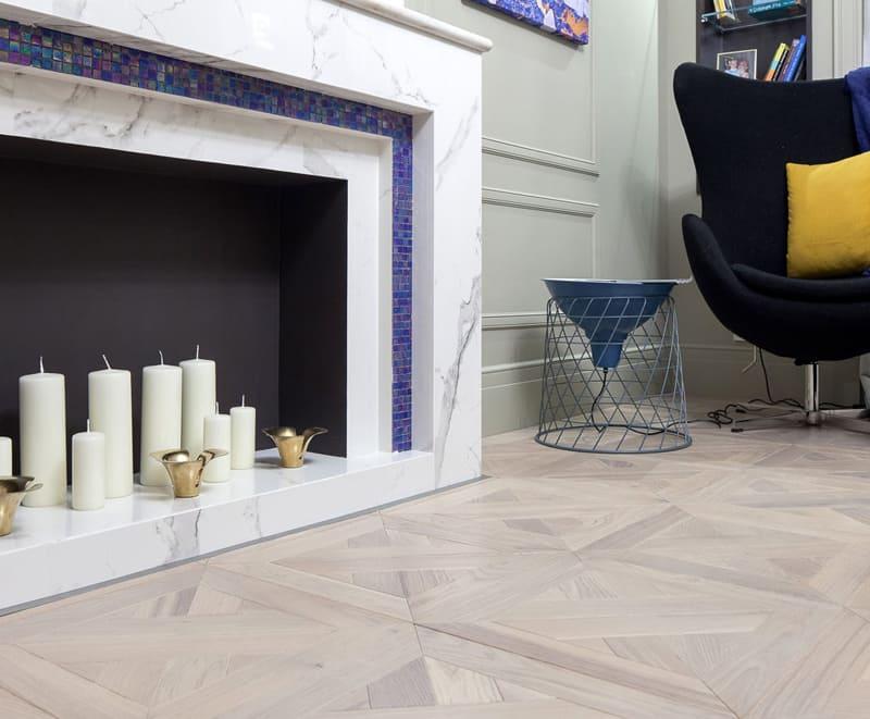 В гостиной установлен фальш-камин, в котором роль очага выполняют декоративные свечи