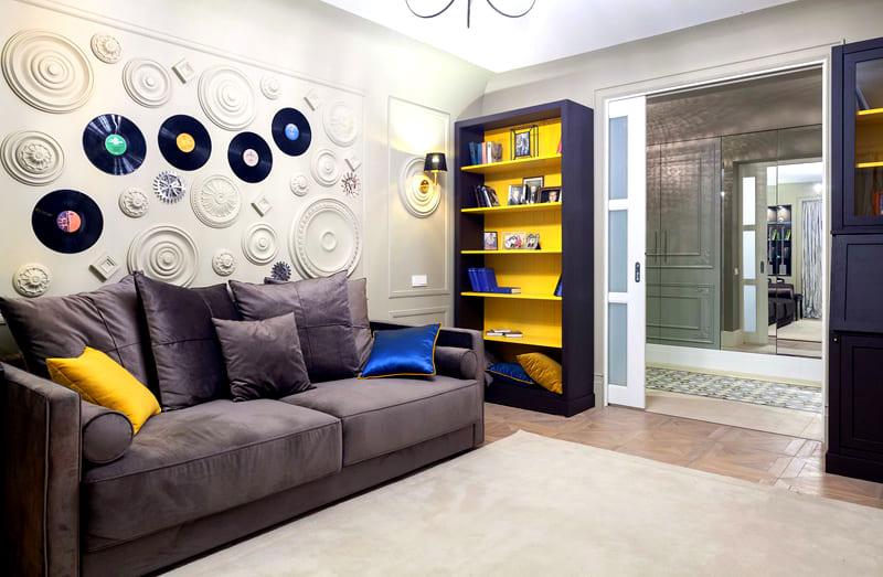 Полки и задняя панель стеллажа выкрашены в акцентный жёлтый цвет