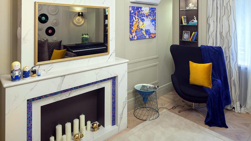 Классическое сочетание жёлтого с синим придают гостиной нотку торжественности