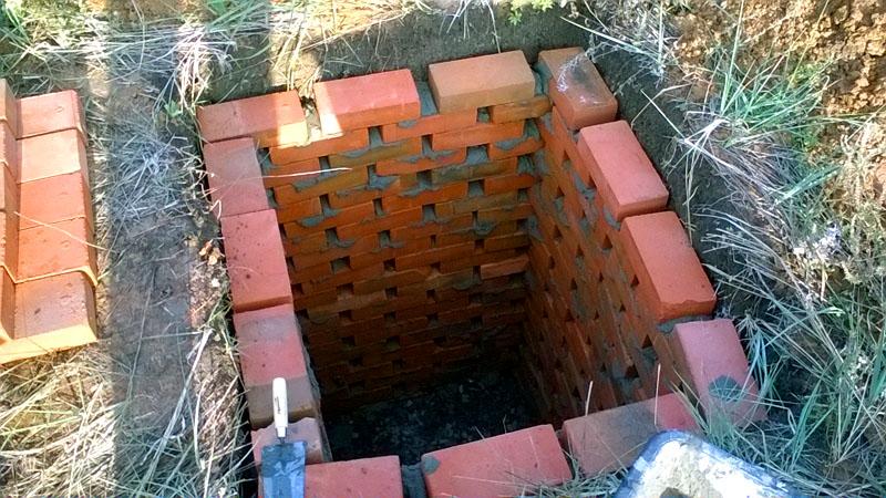 Выгребная яма может располагаться непосредственно под душевой кабинкой