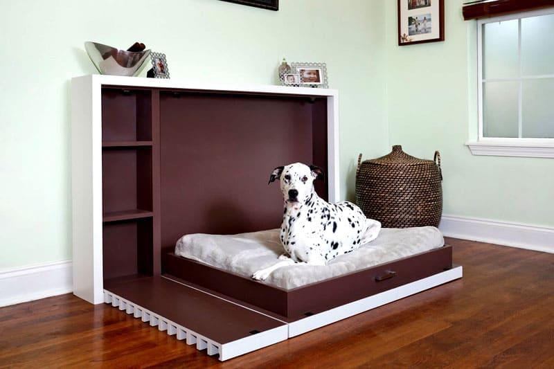 Лежанку нужно установить в таком месте, чтобы питомец мог видеть всю комнату и желательно входную дверь