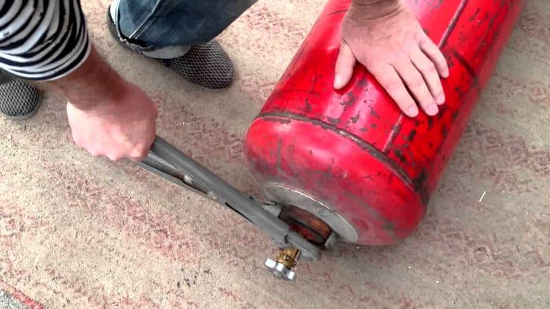 Перед резкой нужно выкрутить кран и заполнить баллон водопроводной водой