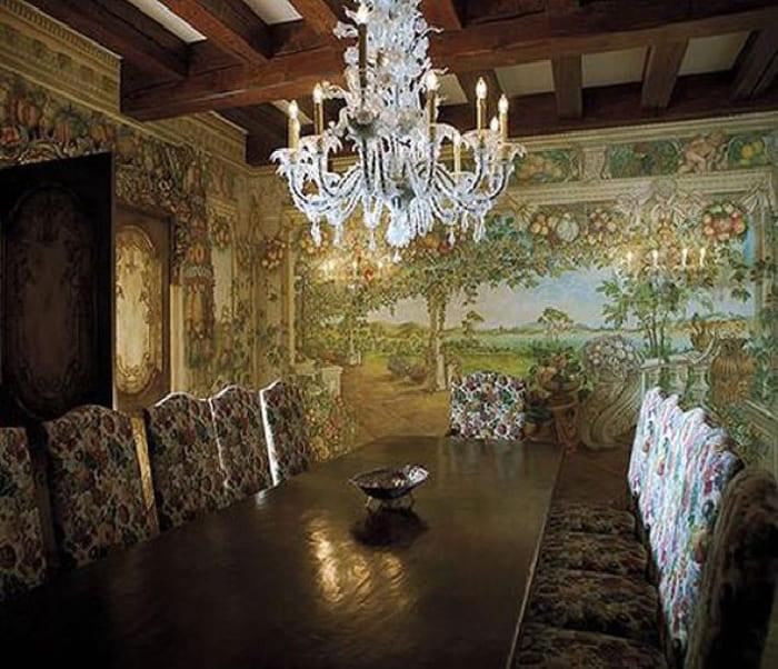 Изюминка особняка – потрясающие фрески на стенах. «Эта идея возникла, будто из воздуха»,– рассказывает певица