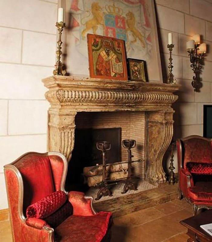 Отдельной гордостью звезды стала гостиная с камином, где можно встречать гостей и вести душевные беседы