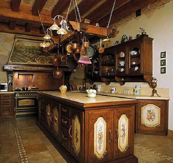 Отдельного внимания заслуживает огромная коллекция медной посуды, которая висит под самым потолком на кухне