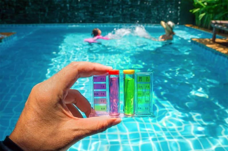 Перед началом очистки следует привести показатели pH воды в норму при помощи специальной химии