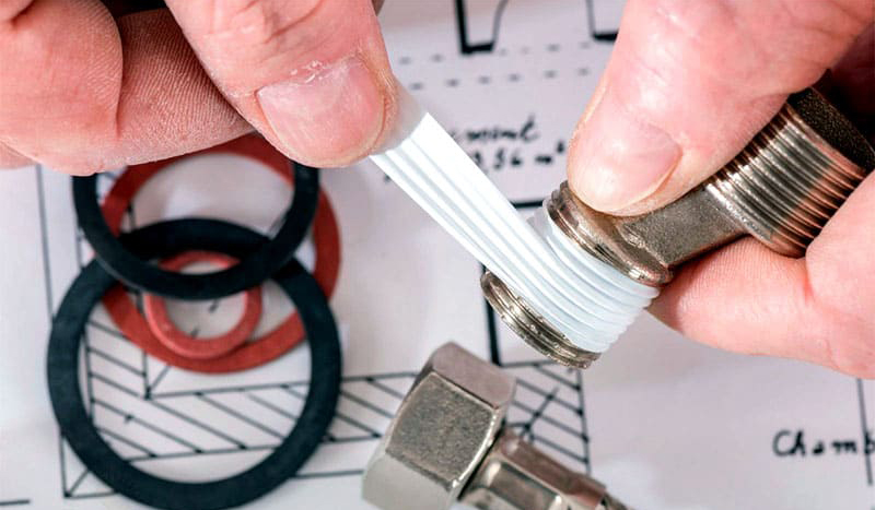 Для герметичного соединения элементов трубопровода обязательно нужна фум-лента