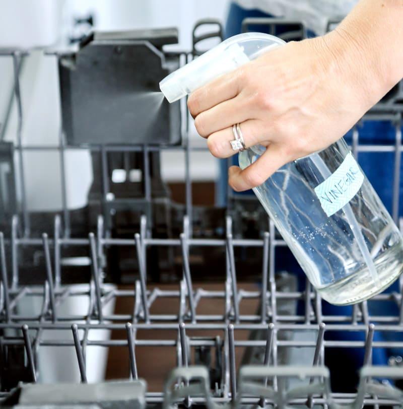 Периодически нужно вручную очищать не только стенки посудомойки, но и корзины с помощью обычного моющего средства для посуды