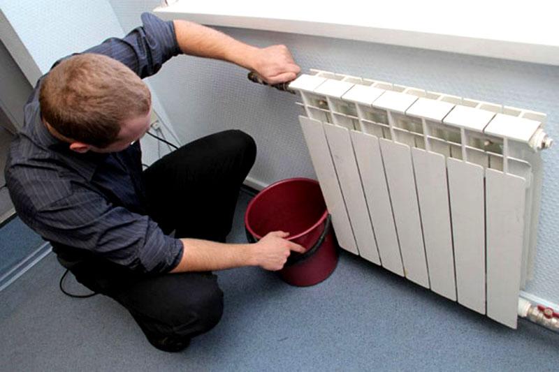 Для начала нужно полностью слить воду из системы отопления