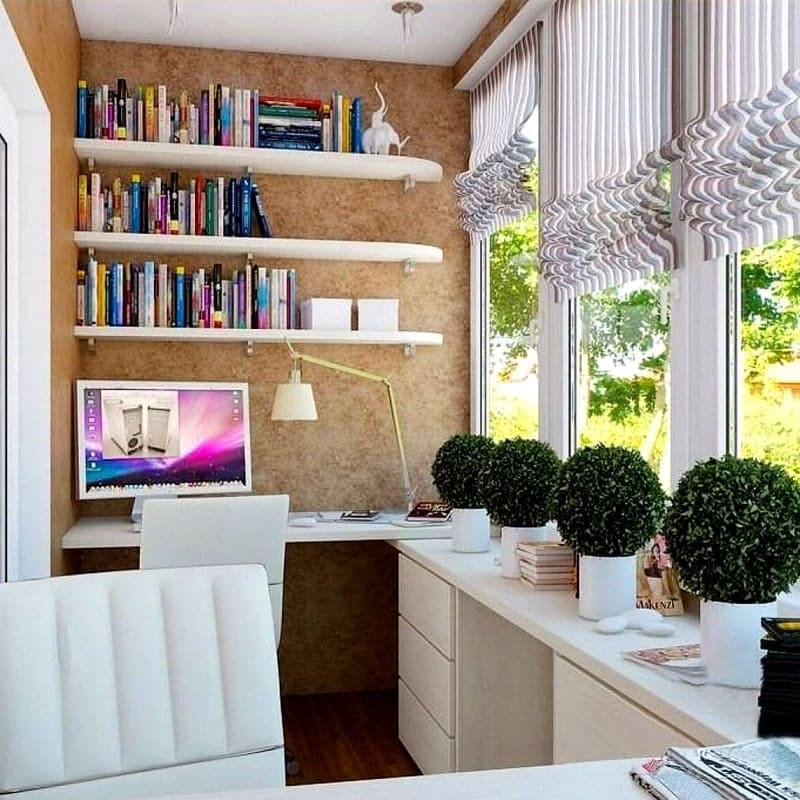 В свободном пространстве между балконной панелью и окном рекомендуется установить узкий подоконник. Это хорошее пространство для хранения различных мелочей