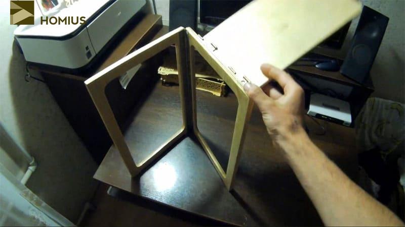 Ставим сложенный стульчик на бок и раздвигаем опорные детали